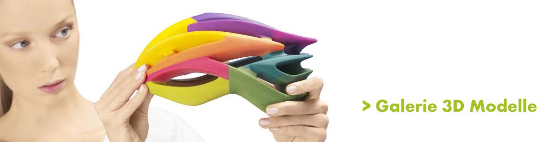 Frau begutachtet bunten Fahhradhelm der aus unterschiedlichen Kunststoffarten im 3D Drucker entstanden ist