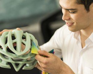 Farbfindung für einen Fahrradhelm aus dem 3D Drucker mit den Farbpaletten aus dem PolyJet 3D Druck.