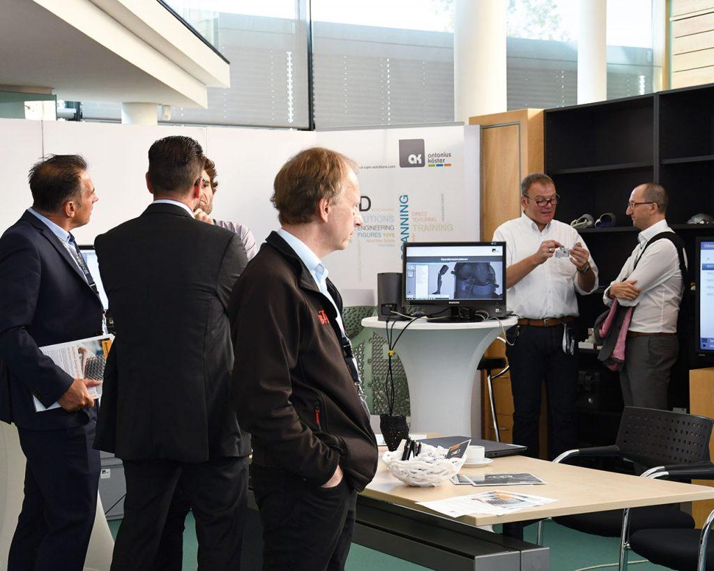 Die Teilnehmer nutzten die begleitende Ausstellung um sich von den 3D Druck Experten aus unterschiedlichen Bereichen beraten zu lassen.