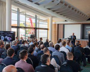 """Blick in den Konferenzsaal – fast 300 Teilnehmer, 14 Referenten und 15 ausstellende Unternehmen nahmen an der """"additiva – 2. Mittelhessische 3D Druck Tagung"""" in den Unternehmensräumen der medacom GmbH in Butzbach teil."""