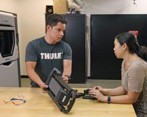 Thule Designer besprechen die nachfolgenden Funktionstests für den Prototypen.