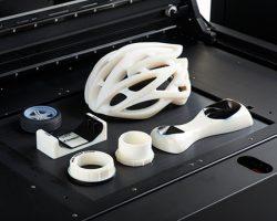 Die Connex1 Familie druckt Bauteile mit unterschiedlichen Eigenschaften auf einer gemischt angelegten Bauplattform.