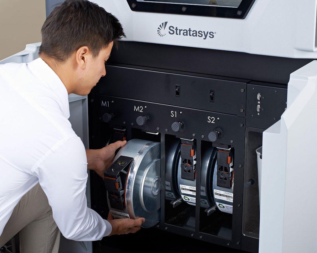 Die vier Materialbehälter des Fortus 450mc sorgen für geringe Materialwechsel.