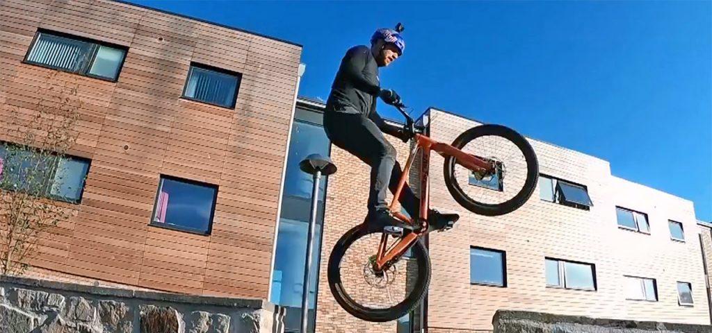 In der Luft - Danny MacAskill auf dem für ihn angefertigten Santa Cruz Fahrrad