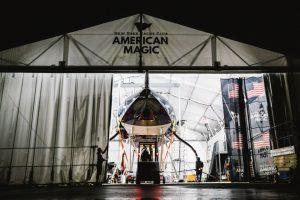 Das Americas Cup AC75 Rennboot DEFIANT nach einem Segeltag in Newport.