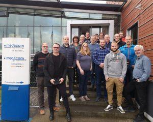 Die Absolventen des IHK Lehrgangs zur Fachkraft 3D Druck vor dem Firmengebäude der medacom GmbH