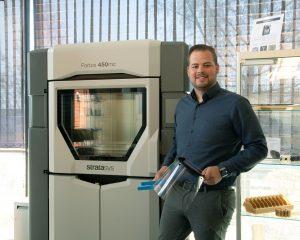Jonas Vogler vom Butzbacher 3D-DruckCenter präsentiert die 3D-gedruckten Schutzvisiere.