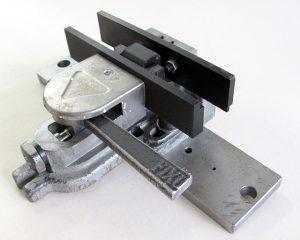 Märklin hat CNC-gefräste Stahlklemmen im Herstellungsprozess teilweise ersetzt und CNC-gefräste Teile mit 3D-gedruckten Bauteilen in demselben Werkzeug kombiniert.
