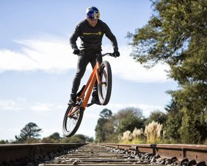 "Danny MacAskill mit dem ""Danny-Bike"" Quelle: Santa Cruz Bicycles"
