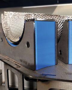 Vorrichtungen, die mit ABS-Material gedruckt sind, sind ausreichend fest, aber weich genug, um ein Verkratzen von polierten Metallblechteilen zu verhindern.