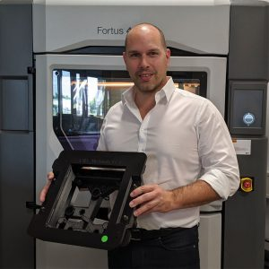 Stefan Kammann vor dem Fortus 450mc 3D-Drucker im ADaM Competence Center.