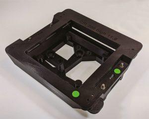 Diese ESD-konforme Klebevorrichtung für eine Anzeigebaugruppe ermöglicht Continental die sichere Handhabung von Elektronikteilen.