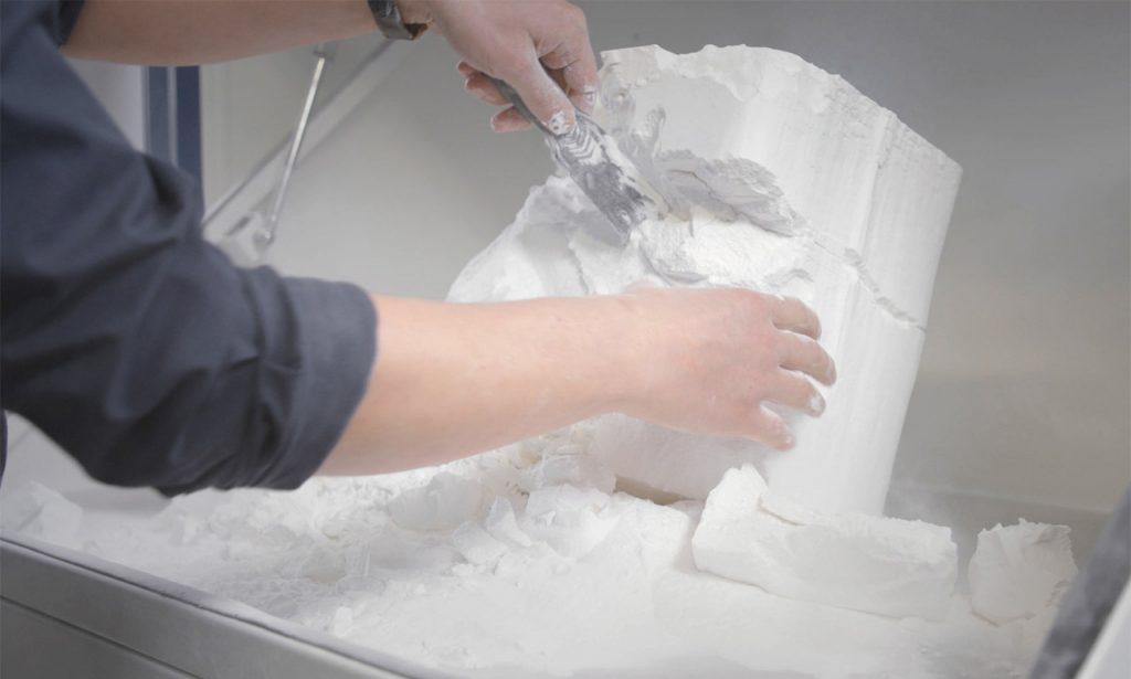 Die H350 verwendet ein infrarotempfindliches HAF (High Absorbing Fluid), um Partikel aus Polymerpulver schichtweise miteinander zu verschmelzen um so Teile aufzubauen.