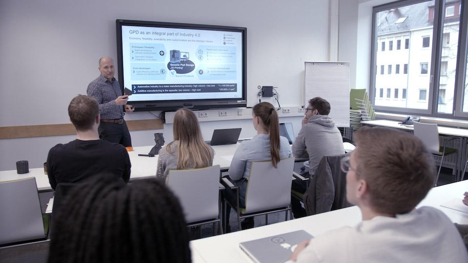 Prof. Dr. Finsterwalder von der Hochschule Karlsruhe unterrichtet die additiven Design- und Fertigungskurse