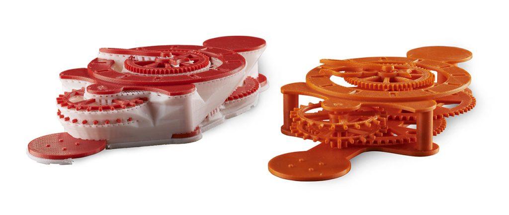 3D-gedruckte Bauteile mit löslichen Stützmaterial (links) und nach dem Auswaschen des Stützmaterials (rechts)